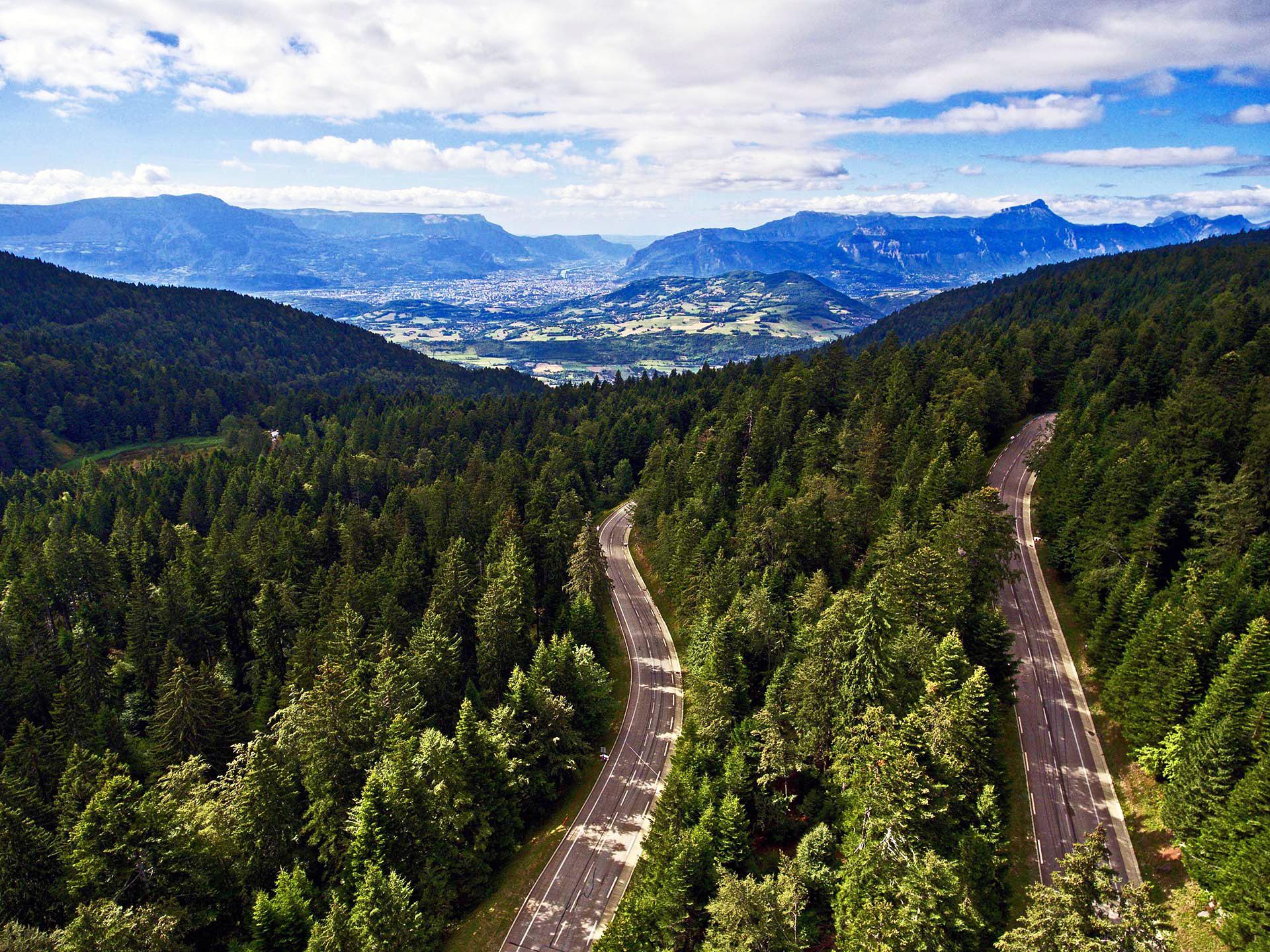Chamrousse station accès route transport station été montagne isère alpes france - © Skyview drone